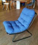 Ikko stoel, zwart stalen frame, blauw kussen, 80,- euro.