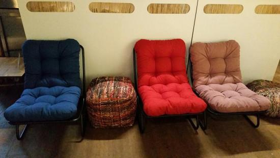 Ikko stoelen met blauw, roze en rood kussen.